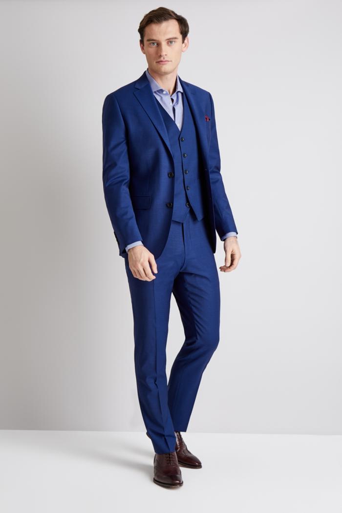 allure chic avec un costume bleu roi, costume 3 pièces homme, gilet bleu roi, chaussures marron, chemise bleu ciel