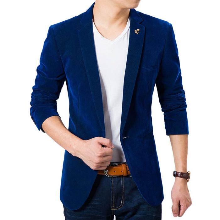 costume bleu roi, veston homme, top T-shirt blanc avec petit col en V, jean en denim clair, ceinture en couleur moutarde, manches de la veste retroussés