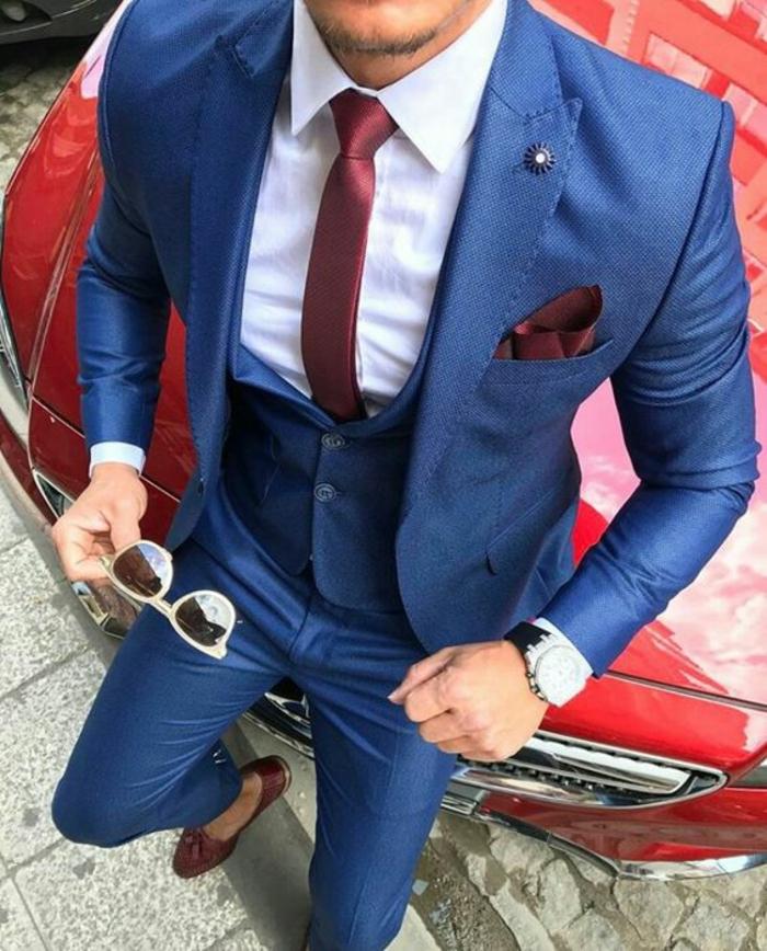 costard homme, costume bleu roi, cravate fine en bordeaux, mouchoir de poche en bordeaux, gilet en bleu roi, costume 3 pièces homme, lunettes de soleil aux montures blanches avec des verres miroirs