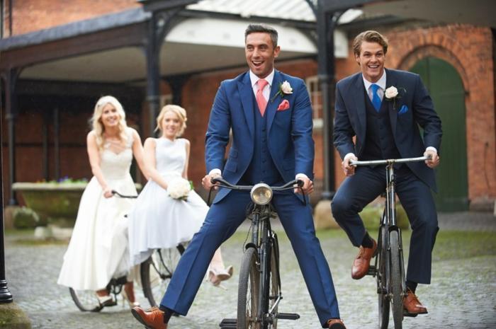 veste de costume homme avec pantalon, costume bleu roi, jour de mariage, mariés souriants en cravate rose et en cravate bleu roi