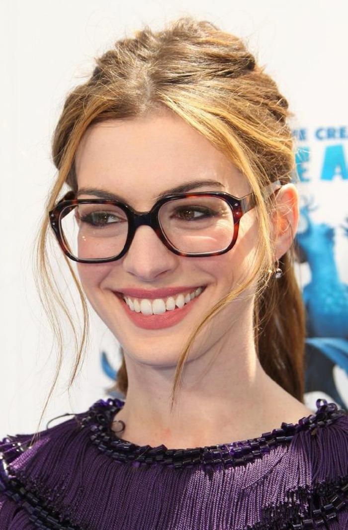 lunette rectangulaire, comment choisir ses lunettes, en noir et bourgoundi, monture très présente, en style geek chic