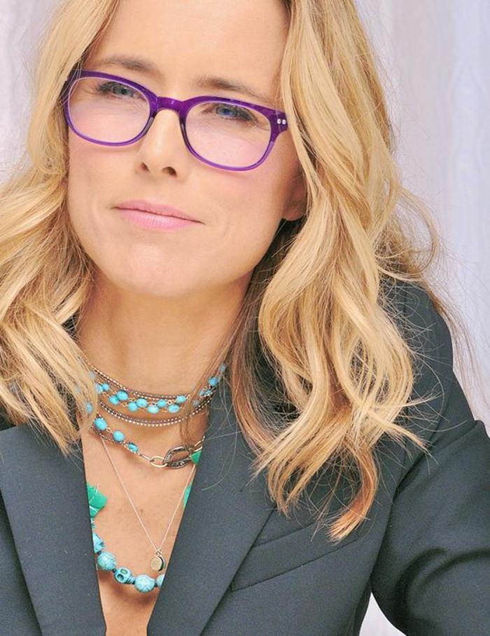 comment savoir et décider quelle lunette pour quel visage, lunette visage rond, monture en lila, lunette carre, femme avec veste en gris, avec décolleté garni de colliers en turquoise