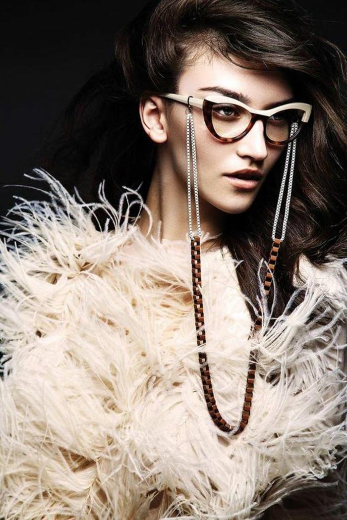 lunette tendance, comment choisir ses lunettes, monture en marron et blanc, lunette papillon, lunette de vue, femme très stylée en robe de soirée