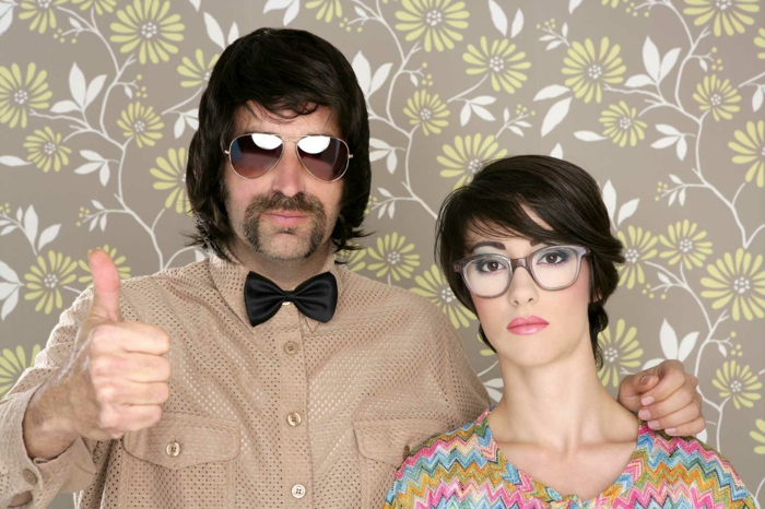 monture lunette femme, lunettes morphologie visage, monture carrée, en marron délicat, couple homme au nœud papillon noir et femme en blouse aux motifs graphiques en couleurs pastels