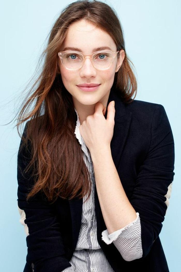 monture lunette transparente, en couleur rose délicat, grande monture, quelle lunette pour quel visage, femme au visage ovale