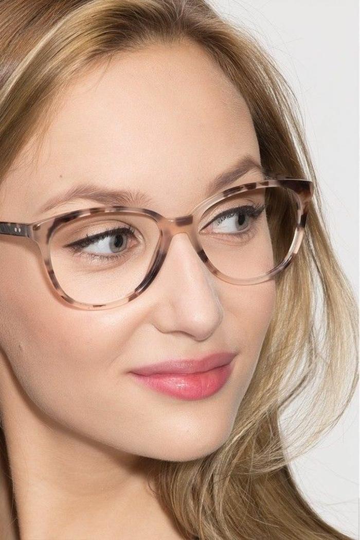 modèle de monture bicolore, en marron et blanc, comment choisir ses lunettes, lunette papillon pour femme élégante