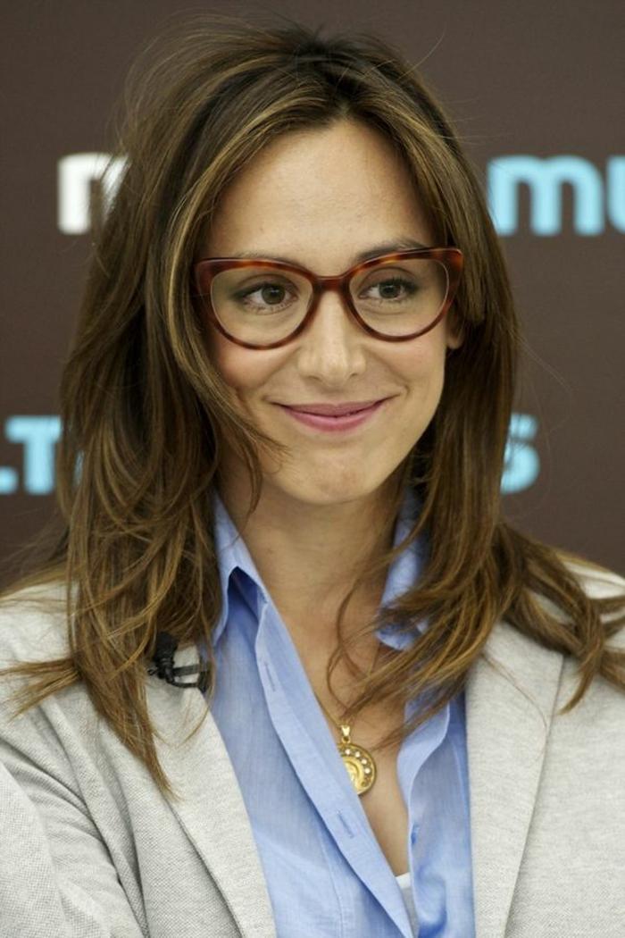 lunettes morphologie visage, monture en couleur marron et beige, lunette papillon, lunette œil de chat, look glamour, style femme d'affaires, femme souriante