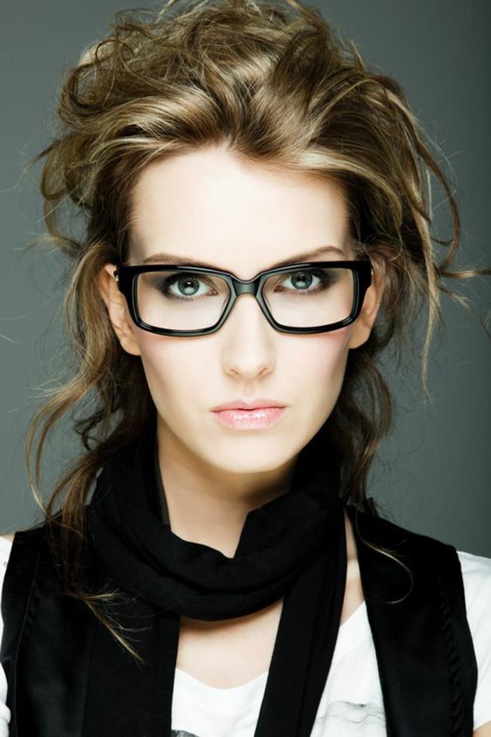 lunette pour visage rond, monture noire carrée, très présente, look professionnel, femme hyper stylée, teint de visage pale