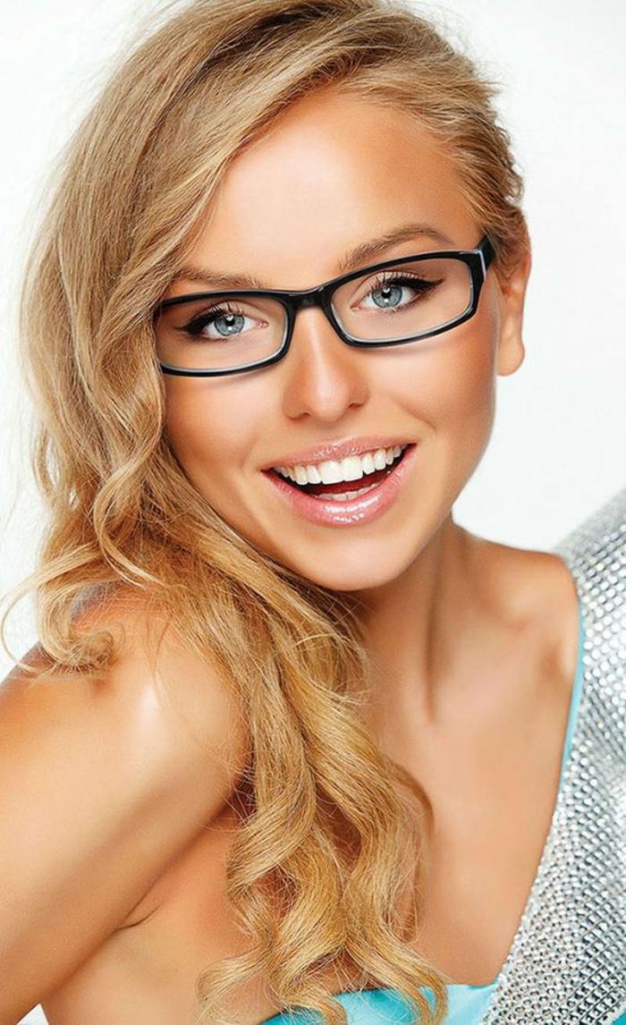 lunette rectangulaire en noir pour un visage rond ou ovale, femme aux cheveux blonds, look recherché, modèle qui équilibre les traits du visage