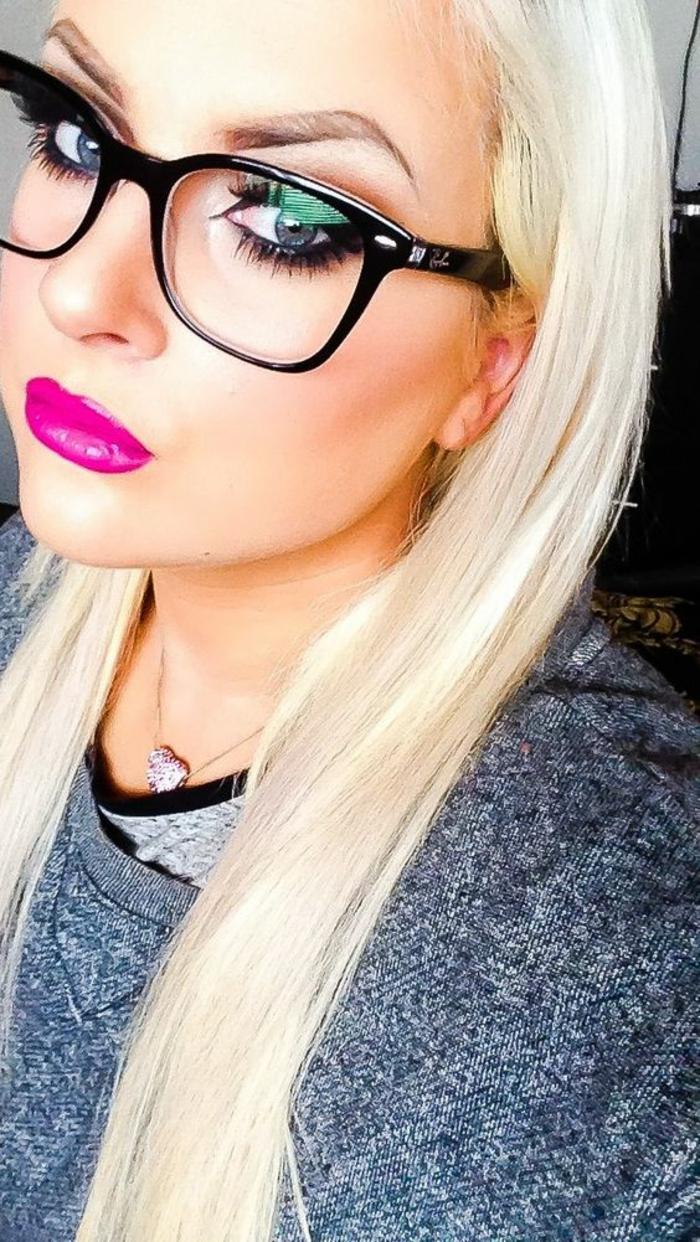 lunette visage rond, monture massive en noir, geek glamour, femme fortement maquillée, look séduisant, cheveux en blond platiné