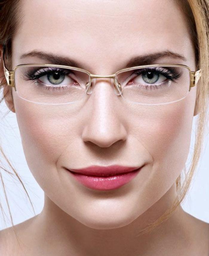 lunette rectangulaire, lunette carre, monture en couleur dorée, moitié corde, femme avec maquillage discret, rouge a lèvres rose