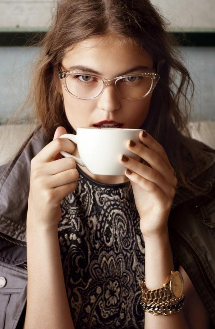lunette visage rond, comment choisir ses lunettes, monture en plastique transparente ivoire, jeune femme qui prend son café dans un bistrot