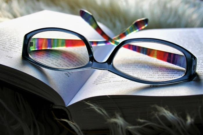 lunettes morphologie visage, lunette de vue, lunette rectangulaire en bleu avec des branches en couleurs d'arc-en-ciel