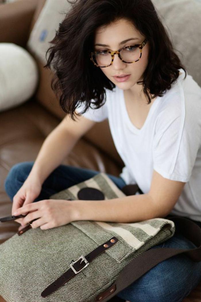 monture lunette, lunette carre, quelle lunette pour quel visage, lunette rectangulaire, jeune fille avec T-shirt blanc et jean
