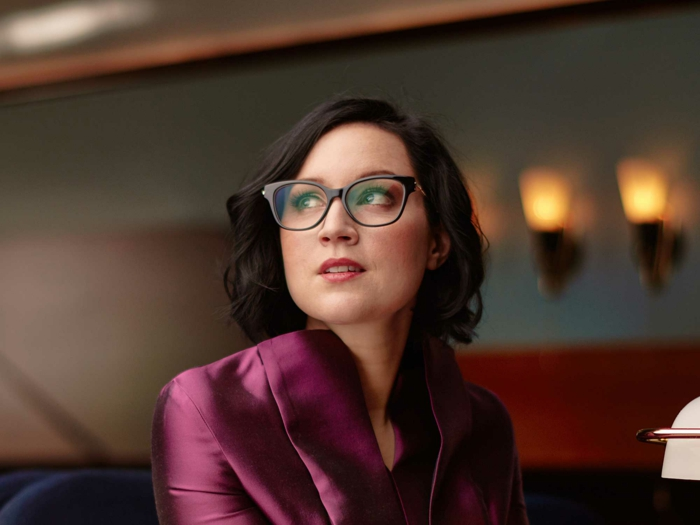 lunette visage rond, lunette papillon, lunette de vue, femme en violet, coupe de cheveux en carré, bob, tenue de soirée