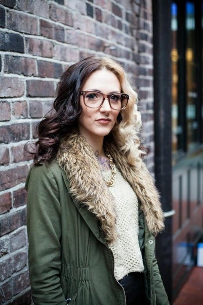 monture lunette femme en couleur marron clair, matière semi-transparente, style geek misogyne, allure savante