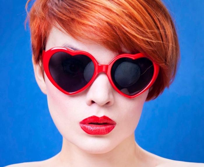 coloration rousse pour coupe courte cheveux fins, vision chic avec lunettes de soleil et maquillage à lèvres rouges