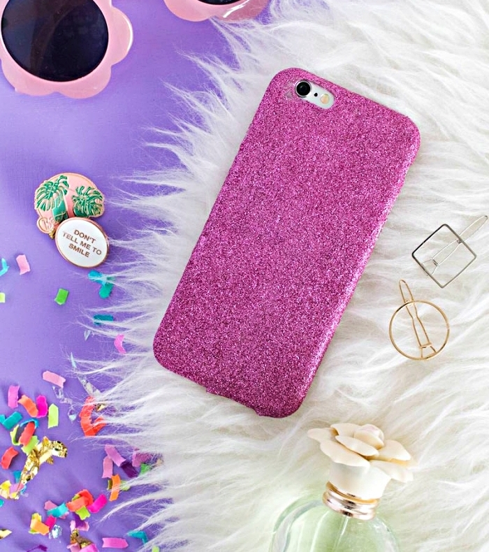 accessoires féminins avec lunettes de soleil et coque de telephone rose à design glitter fait main avec colle et glitter rose