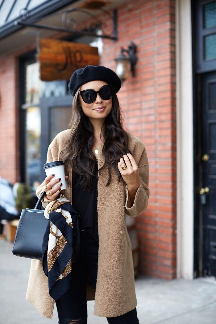 s habiller en noir avec une chemise longue noire et un pantalon noir déchiré, modèle de sac à main cuir noir décoré avec une écharpe élégante en noir blanc et or