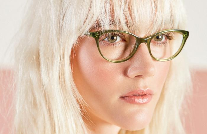 lunette papillon, lunette de vue en couleur verte, lunette tendance, cheveux couleur blonde nuances blanches, femme aux traits délicats