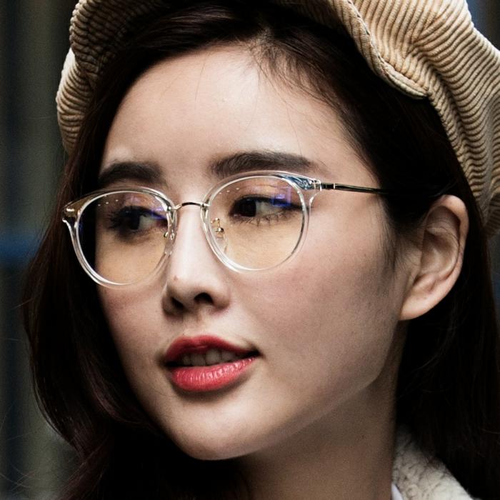 lunette de vue, lunette ronde femme, lunette papillon, matière semi-transparente, look décontracté, femme avec casquette