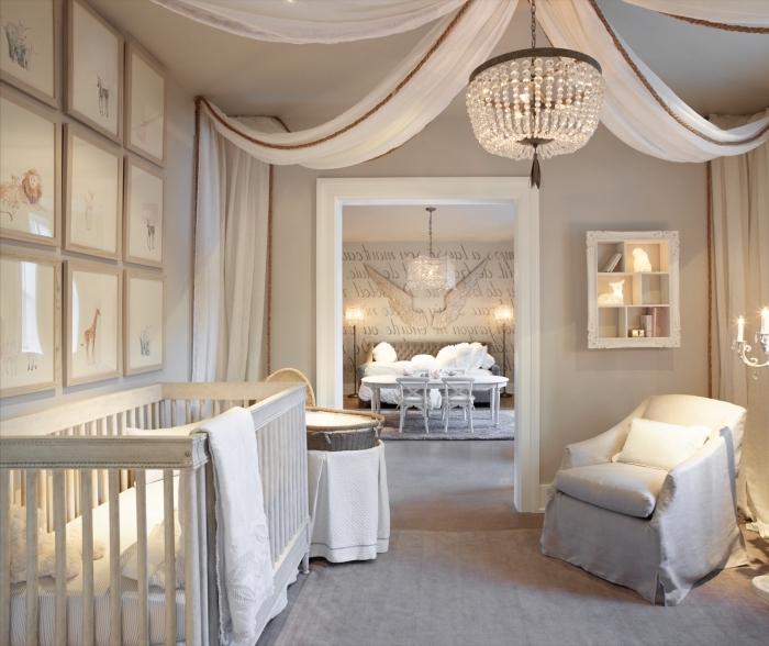 ambiance relaxante dans la chambre bebe complete aux murs beige avec décoration en voiles blanches sur le plafond et les murs