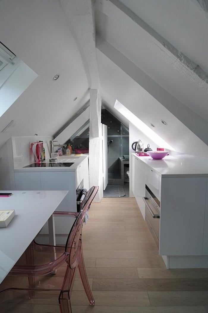 pour une déco chambre étudiant, solution espace sous les combles, cuisine et espace de travail, meubles blancs, parquet en beige et marron