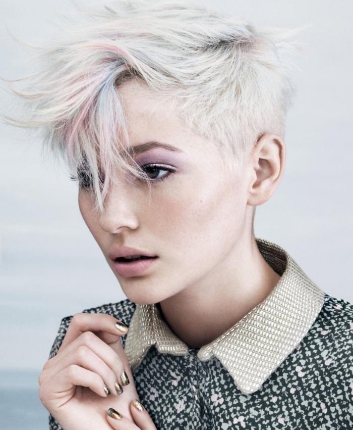 maquillage avec rouge à lèvres rose pastel et fards à paupières rose violet, coloration grise sur coupe courte effilée
