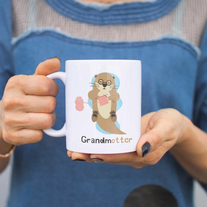 modèle de mug personnalisé avec animal tricotant, cadeau original et personnalisé pour la fête des grands meres