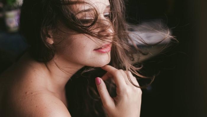 beauté naturelle avec couleur cheveux châtain foncé, maquillage pour yeux marron avec rouge à lèvres rouge et mascara noir