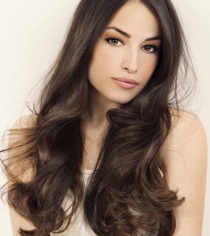 conseils beauté pour cheveux longs et sains, couleur chatain cendré pour yeux marron et peau clair, maquillage avec eye-liner noir
