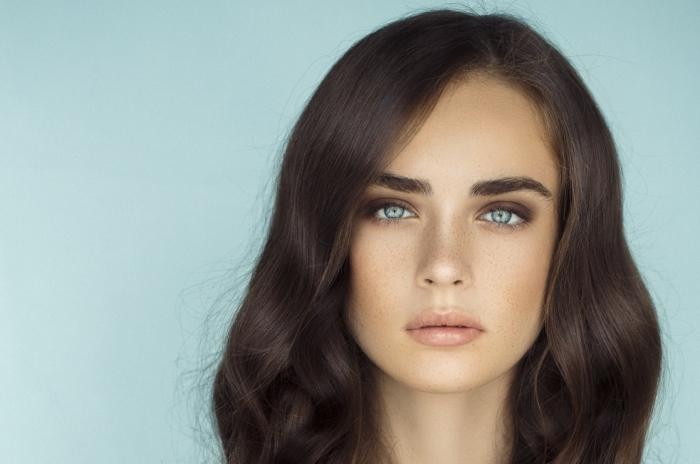 couleur cheveux chocolat pour yeux bleus ou verts et teint bronzé ou matte, maquillage visage avec tâches de rousseur