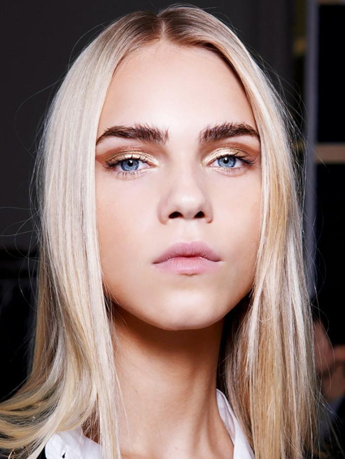 joli contraste entre les sourcils arqués densifiés et les cheveux blond platine