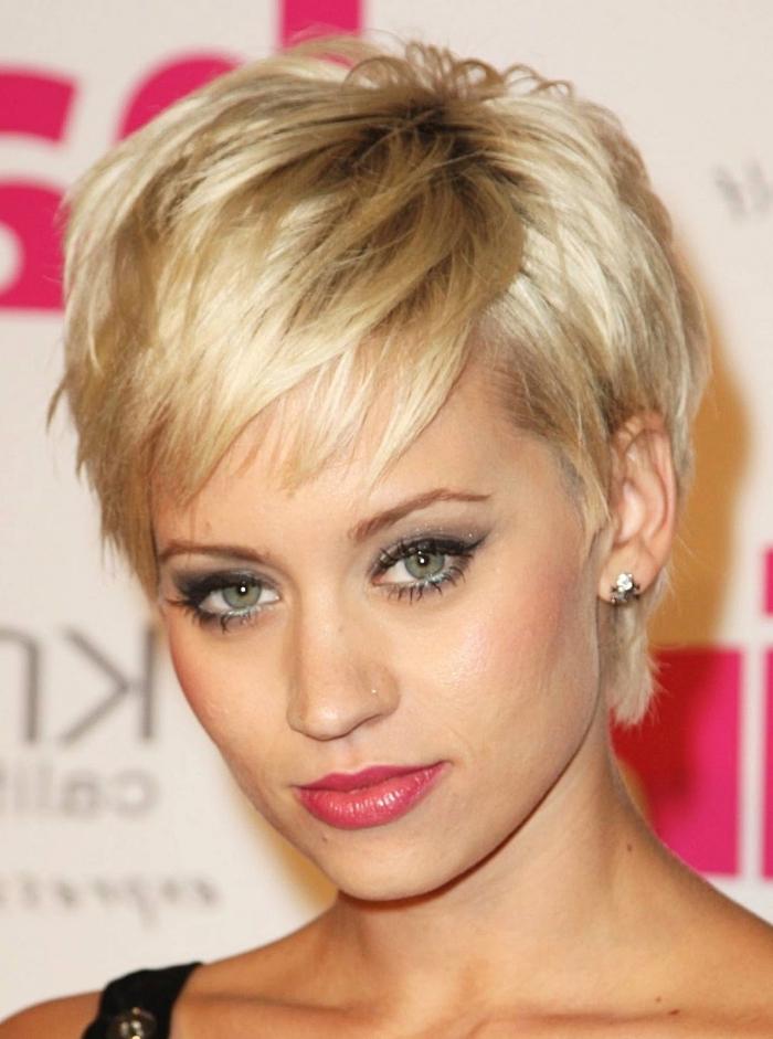 coupe de cheveux court femme avec racines noires et pointes blondes, maquillage smoky pour yeux verts