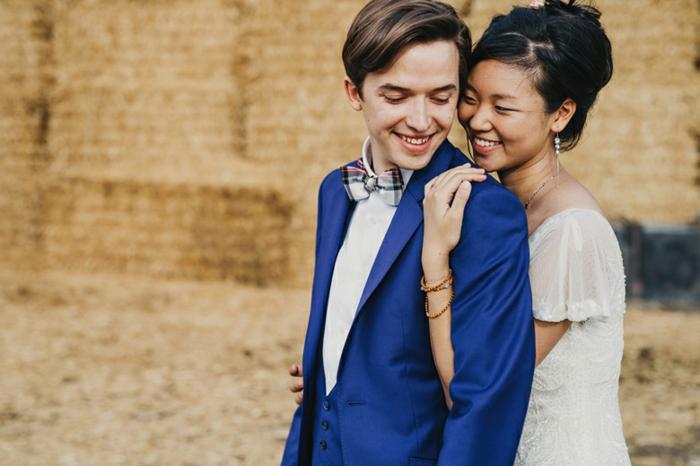 veste de costume homme, mariage, costume nœud papillon, nœud aux carreaux en rouge et blanc, effet de choc avec la chemise blanche, gilet avec quatre boutons en leu roi
