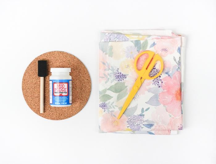 matériaux nécessaires pour fabriquer un tapis de souri dans un dessous de plat de liège et décoration de tissu à imprimé floral