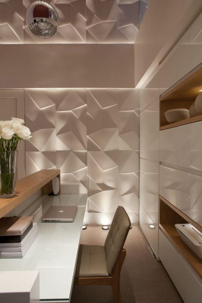 chambre 9m2, déco chambre étudiant, revêtements muraux blancs en 3D, luminaire en couleur argent avec surface type miroir, bureau blanc avec vase en verre et des roses blanches, chaise en couleur beige avec revetement en simili cuir