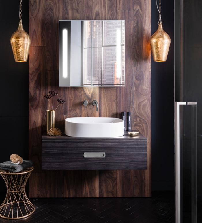 deco salle de bain en couleurs foncées avec carrelage mural noir et revêtement pan de mur en bois foncé, lampes suspendues à design cuivré