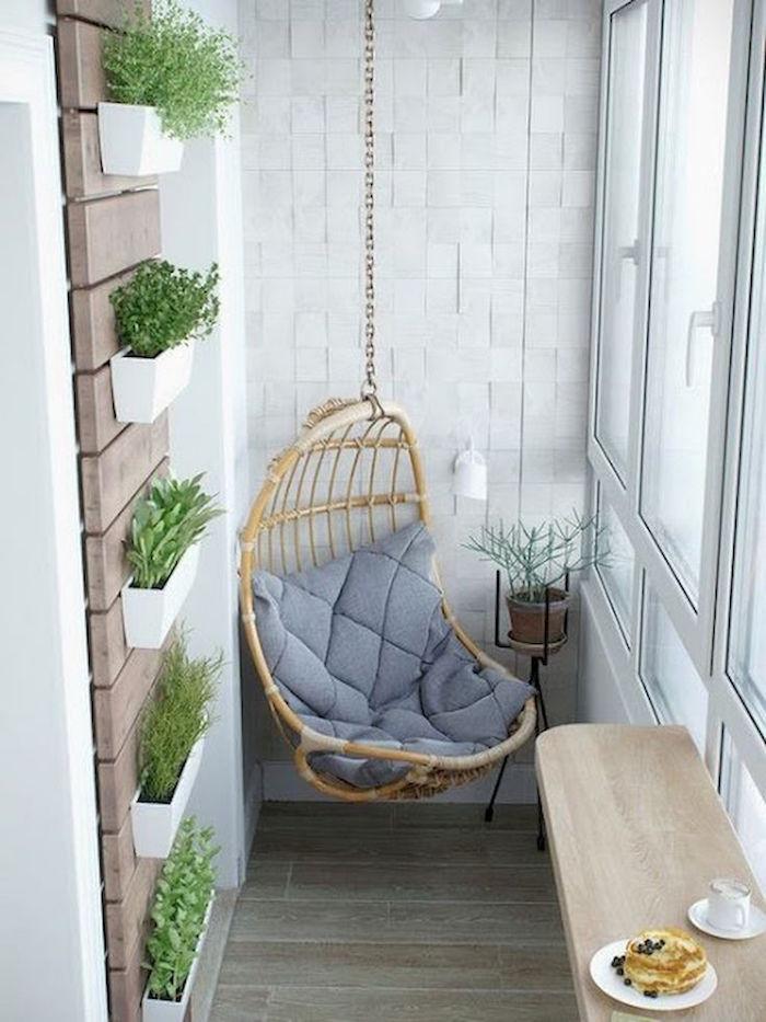 modele de rocking chair suspendu, fauteuil balancoire en osier sur balcon, jardinière murale d'intérieur