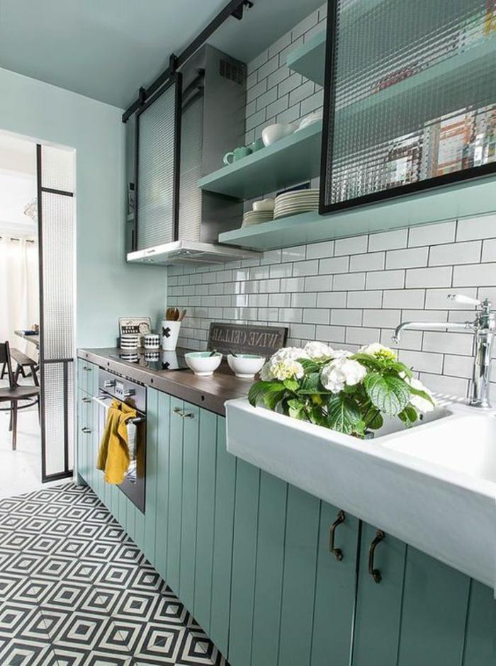 repeindre meuble cuisine en couleur menthe, crédence en briques blanches, étagères avec des vitrines au-dessus du lavabo, sol en carrelage en noir et blanc en forme de losanges