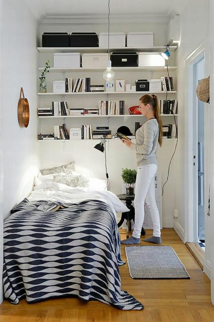 aménager chambre 9m2, chambre d'étudiant, petit espace avec des étagères blanches sur toute la hauteur du mur, couverture du lit en noir et blanc