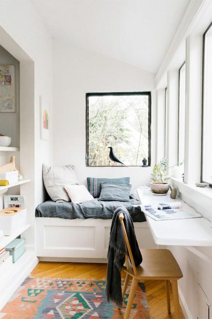 style de chambre lumineuse, déco chambre étudiant, decoration interieur appartement, parquet classique couleur jaune, tapis rectangulaire en couleurs vives avec des motifs graphiques, plan de surface en blanc près de la fenêtre