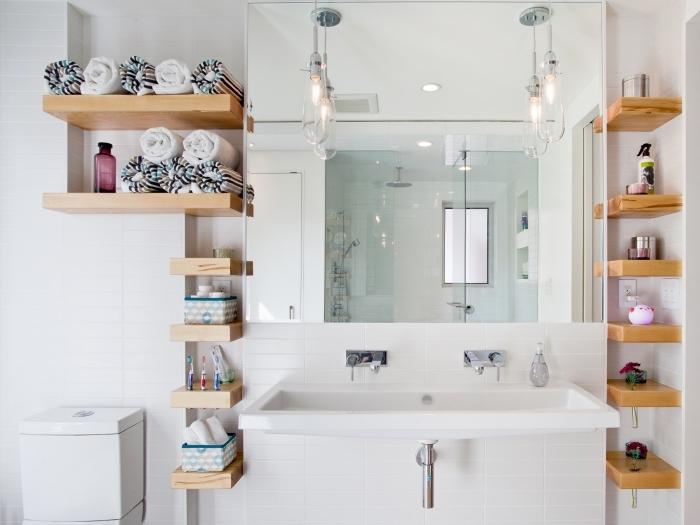 meuble rangement salle de bain vertical de bois clair, déco petite salle de bain avec meubles compactes en blanc et bois