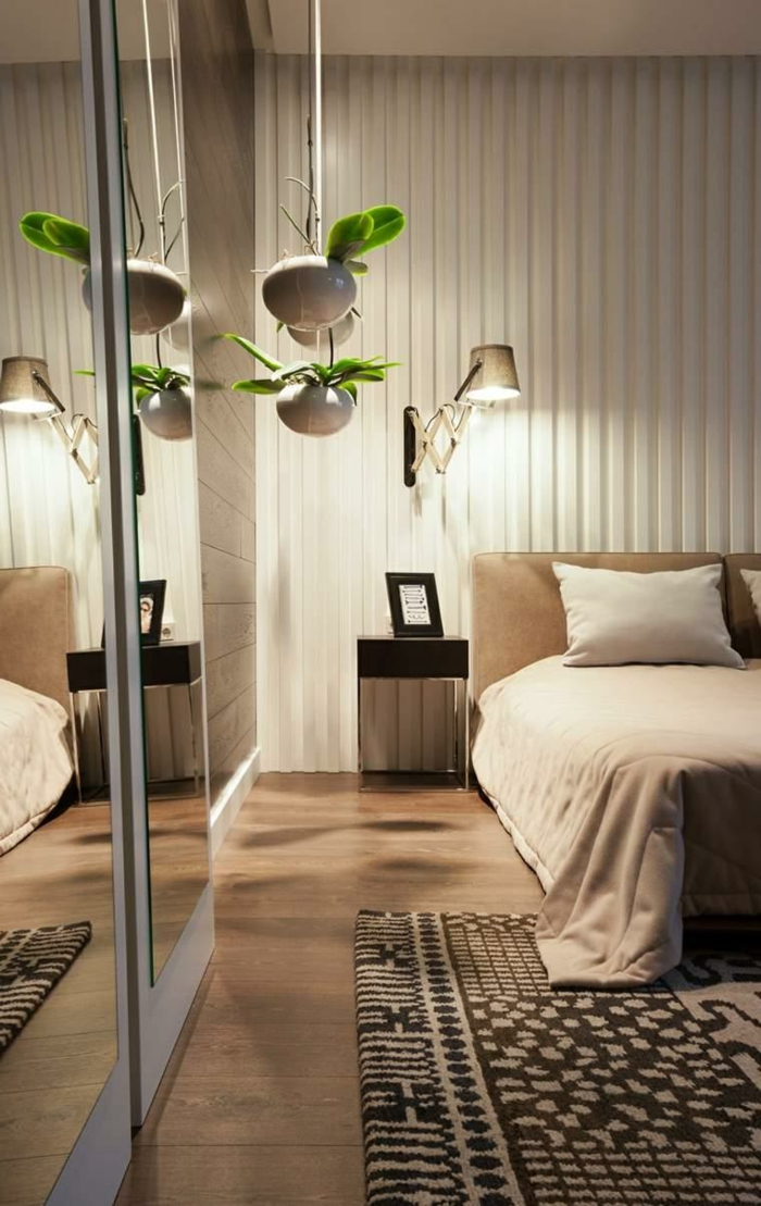 chambre à coucher en couleurs claires, pots de fleurs suspendus, armoire miroir