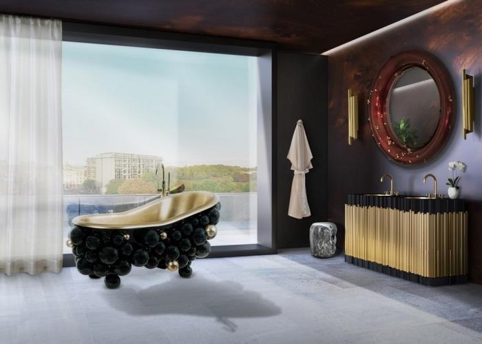 déco de salle de bain foncée avec fenêtre surdimensionnée et meubles à design luxueux noir matte et or