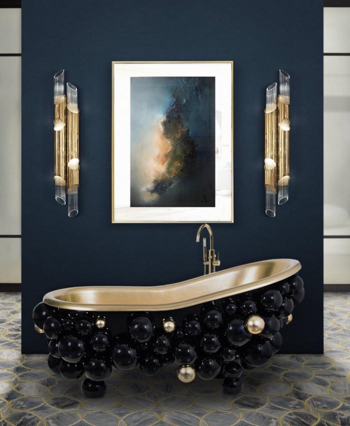 idée meuble salle de bain en noir et cuivre, modèle de baignoire design oval en boules noires et or avec robinet cuivré, peinture murale de couleur bleu foncé pour la salle de bains