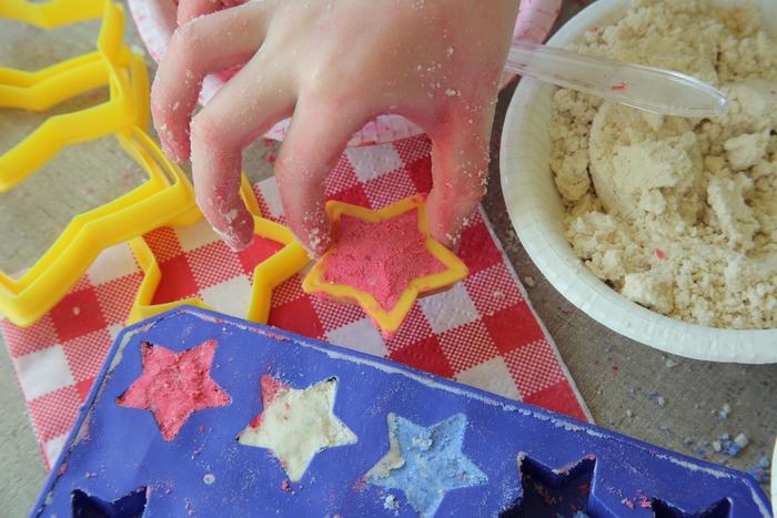 comment faire du sable magique coloré avec des ingrédients peu coûteux pour proposer aux enfants une activité sensorielle inoubliable