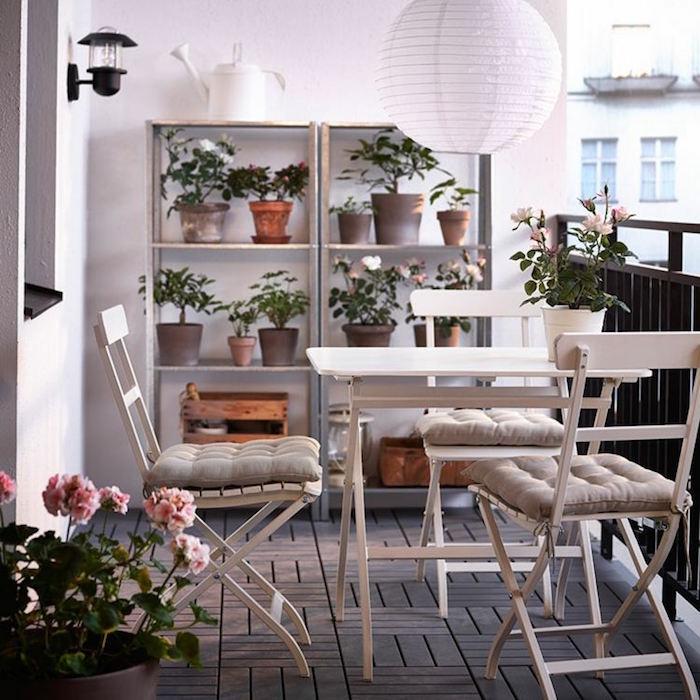 decoration cosy pour balcon, terrasse romantique avec fleurs, bien aménager sa terrasse d'appartement
