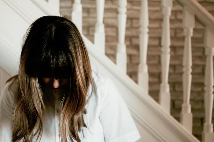coupe de cheveux moderne ombré haut avec une frange sur le visage, chemise blanche