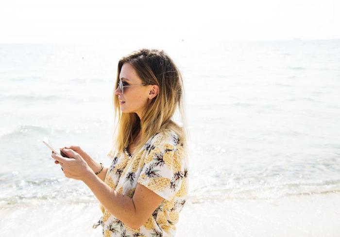 coupe de cheveux originale en dégradé avec balayage blond, lunettes de soleil, tee shirt à motif ananas